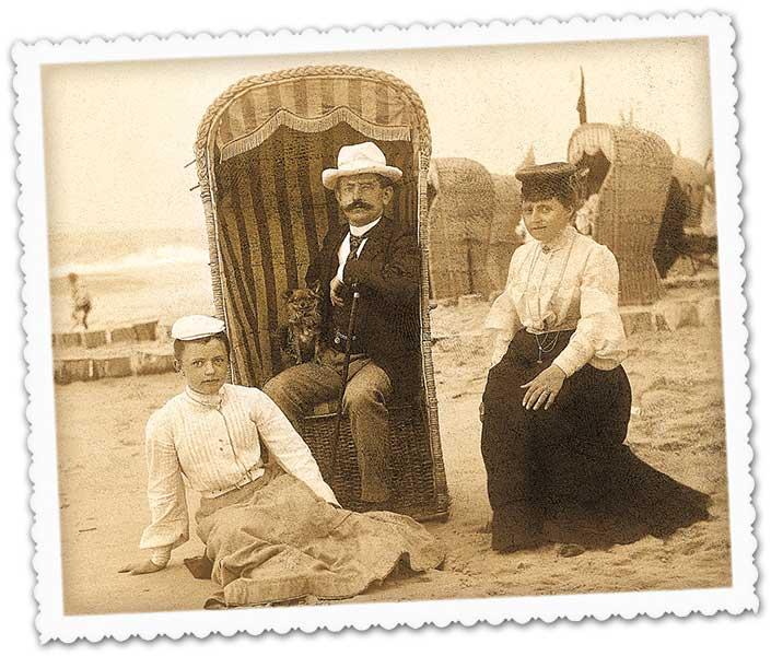 Herr im Strandkorb mit 2 Damen