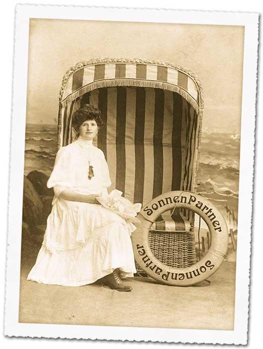 Dame mit Strandkorb und SonnenPartner-Rettungsring