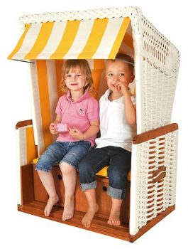 2 Kinder in Mini-Strandkorb